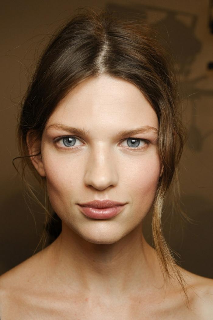 maquillage minimaliste, maquiller les yeux bleus, lèvres rose nude, maquillage en couleurs claires