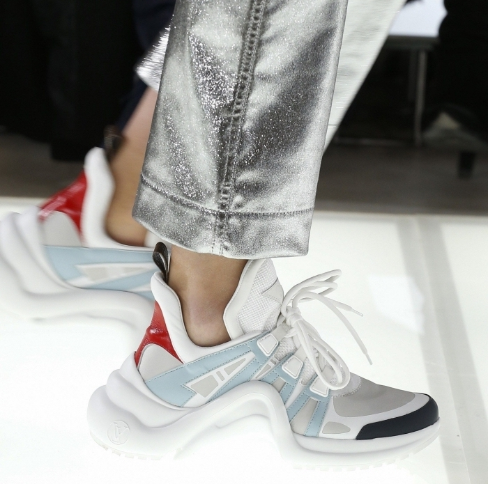 paire de dad sneakers femme de couleur blanc avec décoraiton en bleu pastel rouge et gris sur le bout
