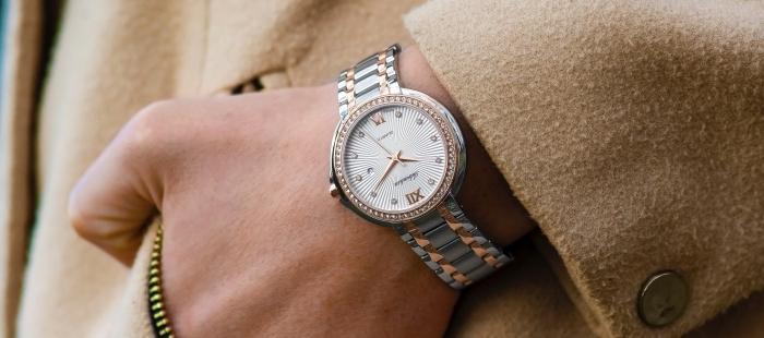 cadeau fête des mères original en forme de bijou moderne à design blanc et finitions en argent et rose gold tendance