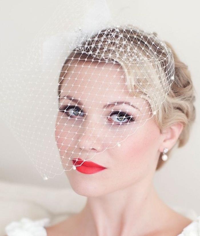 coiffure facile a faire soi meme, cheveux court à petites longueurs ondulées blondes et accessoire bibi de mariée, rouge à lèvres rouge