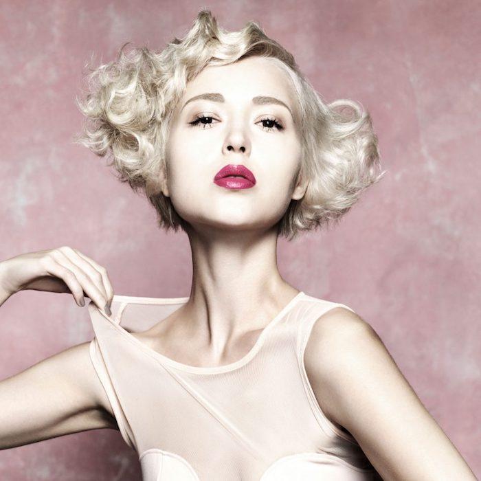 coiffure carré ondulé avec volume sur les cotés et rouge à lèvres rose foncé, idée comment boucles ses cheveux pour volume, idée coiffure mariée originale