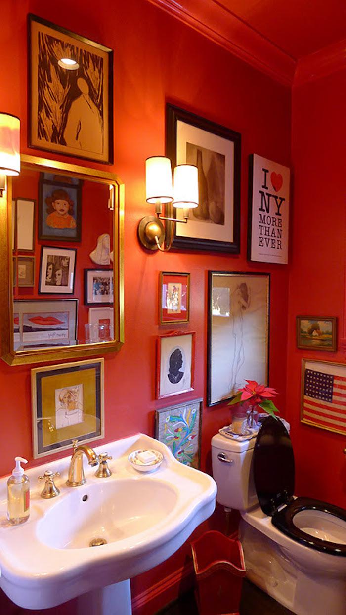 décoration zen pour toilettes avec peinture rouge et cadres style rétro