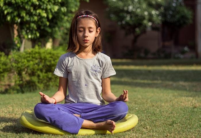 Coupe carré long dégradé coupe cheveux petite fille coiffure de fillette yoga position porter une diadème