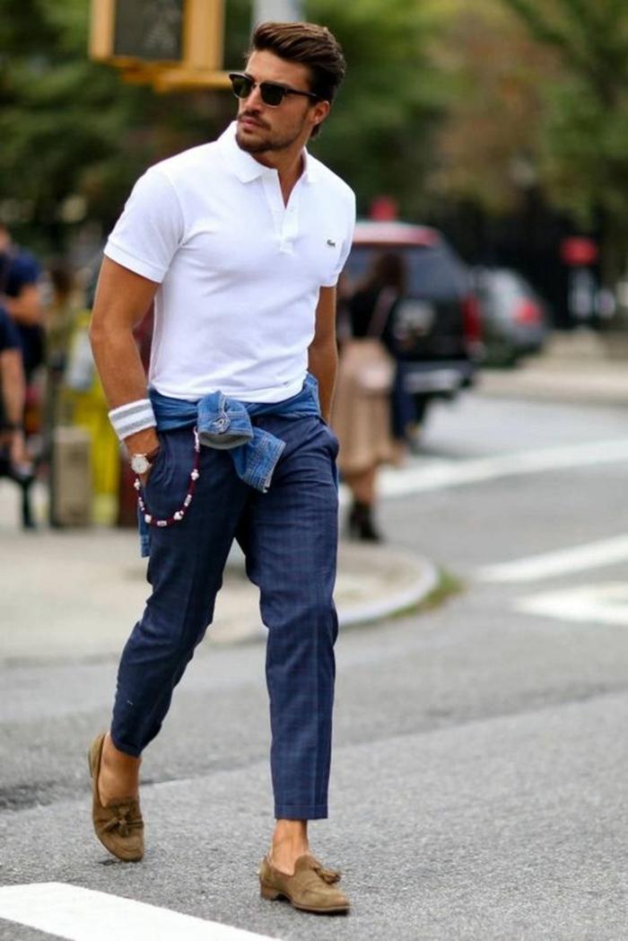 style vestimentaire homme, pantalon en bleu marine, mocassins beiges en velours, T-shirt blanc Lacoste, marque vetement homme tendance