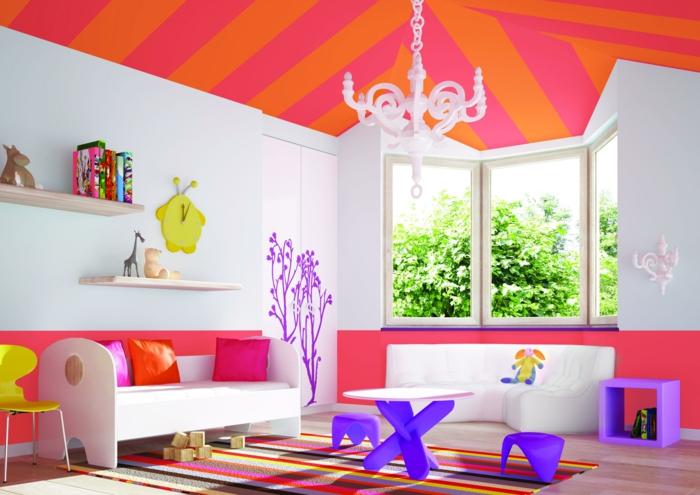 chambre fille ado, comment décorer sa chambre, plafond aux rayures oranges et fuchsia avec luminaire blanc baroque, tapis rayures verticales rouges, jaunes et oranges