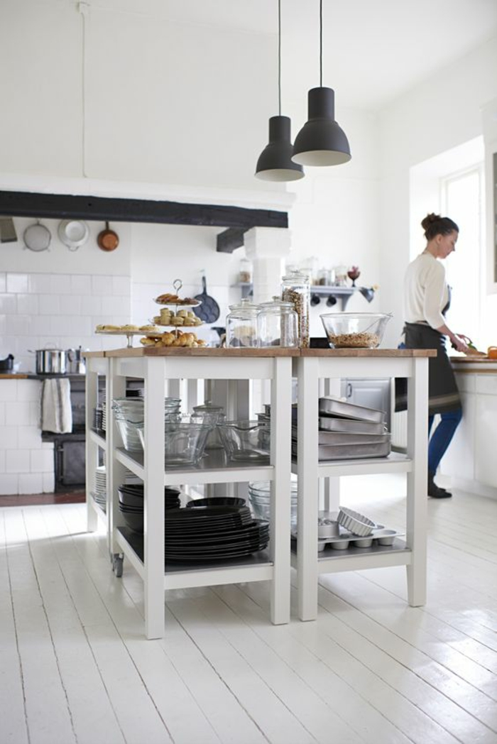 des meubles en blanc pour le rangement placard cuisine parfait, sol recouvert de bois peint en blanc, luminaires noirs en métal en style industriel, cuisine lumineuse et bien rangée