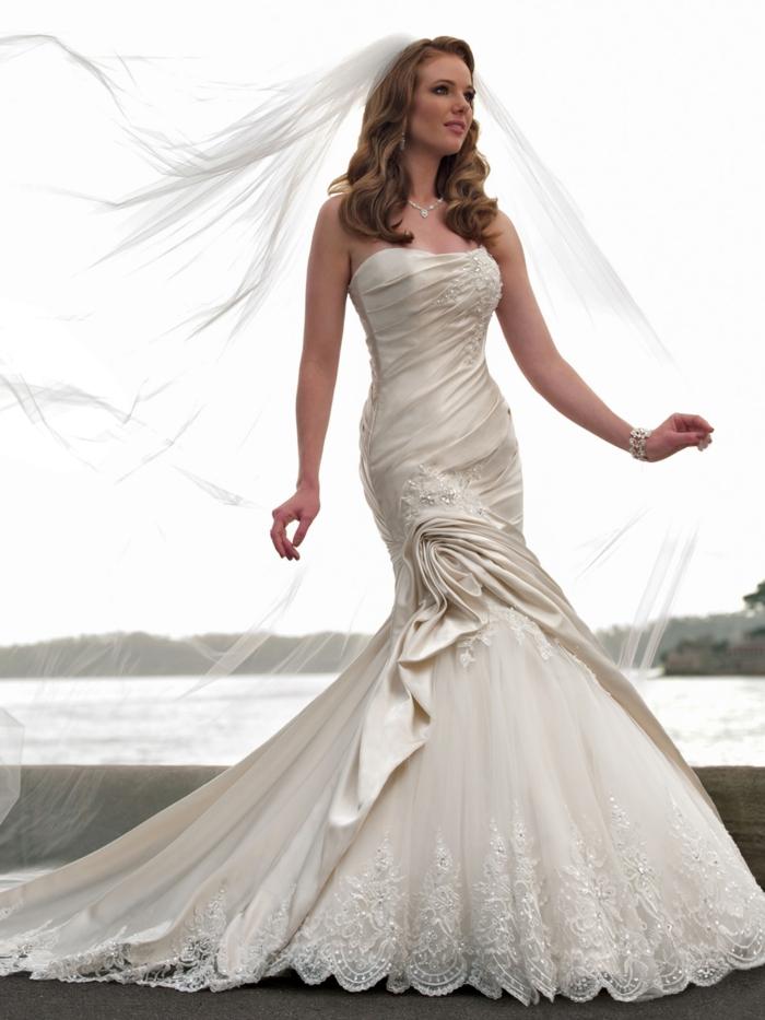 robe de mariée sirène, robe sirene mariage, effet drapé latéral, voilage long sur les cheveux, bustier, modèle épaules nues, satin en couleur blanc crème