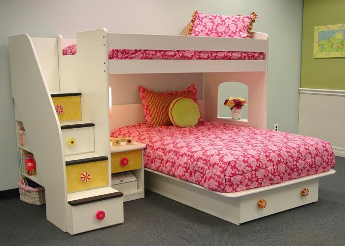 ikea chambre fille, chambre a coucher moderne, déco chambre ado fille, lits superposés avec linge de lit en rouge et blanc, tiroirs profonds comme marches d'escalier menant au deuxième lit en haut, moquette en gris anrthracite