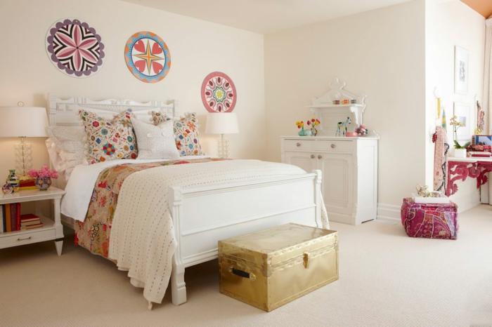 comment décorer sa chambre, chambre fille ado, chambre a coucher moderne, murs en couleur ivoire avec trois mandalas en couleurs vives et pastels, malle en métal doré, meuble blanc en style shabby chic