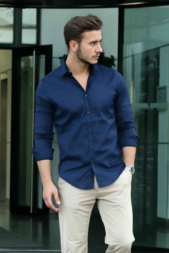 style vestimentaire homme, pantalon couleur ivoire, chemise bleu nuit, manches retroussées, look décontracté, homme élégant