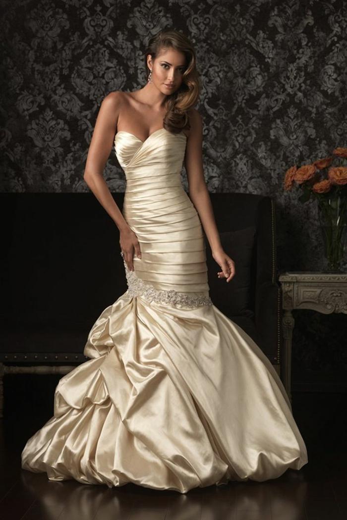 robe sirène dentelle, robe mariage sirene, modèle en satin nuances de bronze, bustier croisé cœur, effets drapés, rayures fines couleur beige sur la longueur de la robe