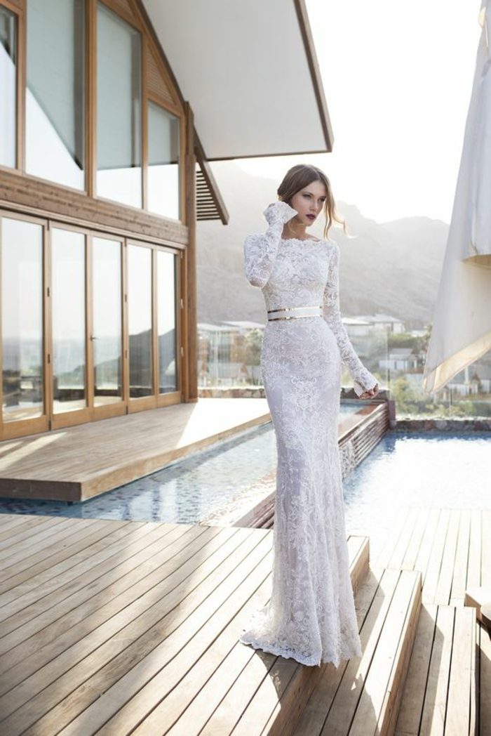 robe mariage sirene, robe sirène dentelle, robe de mariée sirène, dentelle blanche, manches longues, col bateau, robe de mariée près du corps taille haute avec ceinture en couleur or brillant