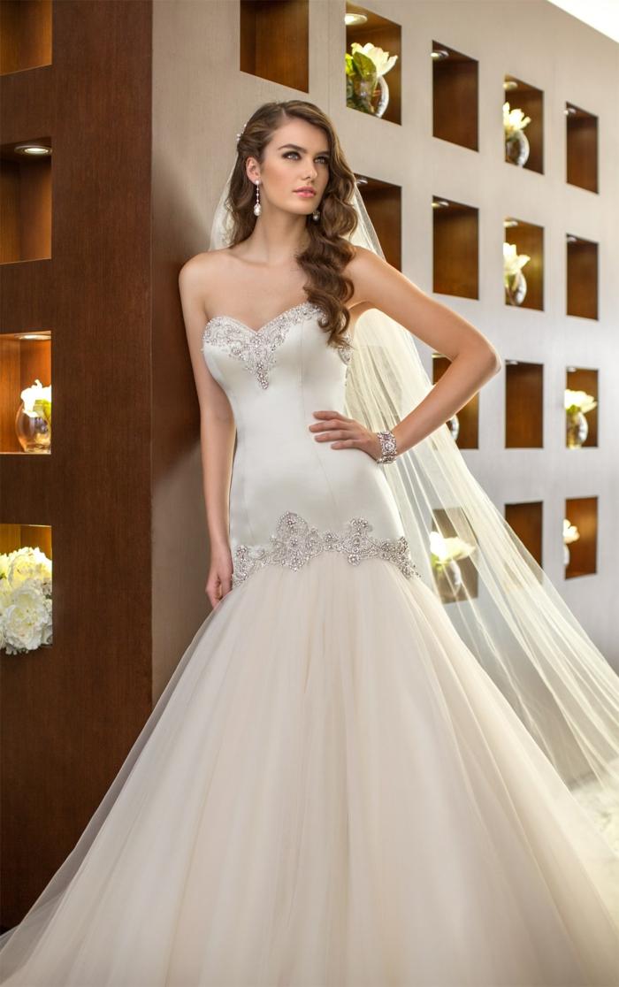 robe sirene mariee robe de mariée près du corps, robe sirene mariage, tulle ivoire, manque de manches, buste décoré d'ornements en fil d'argent