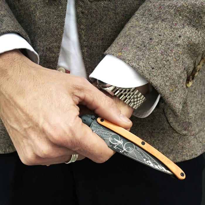 fete des peres cadeau, accessoire fonctionnel et chic, couteau Deejo personnalisable, objet stylé pour les gentlemans modernes