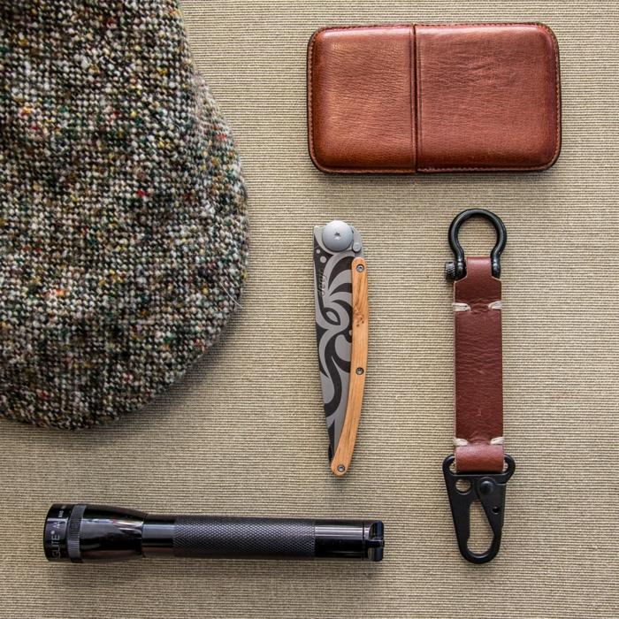 les accessoires de marque classe qui font un gentleman, couteau Deejo, boite a cigares, bretelles en cuir, casquette en tweed, cadeau fete des peres