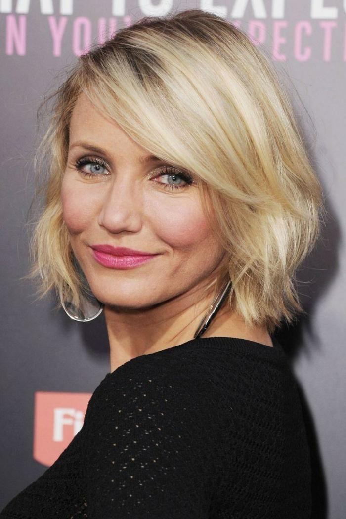 carré court de Cameon Diaz, belle blonde avec coiffure courte tendance et frange asymétrique légère