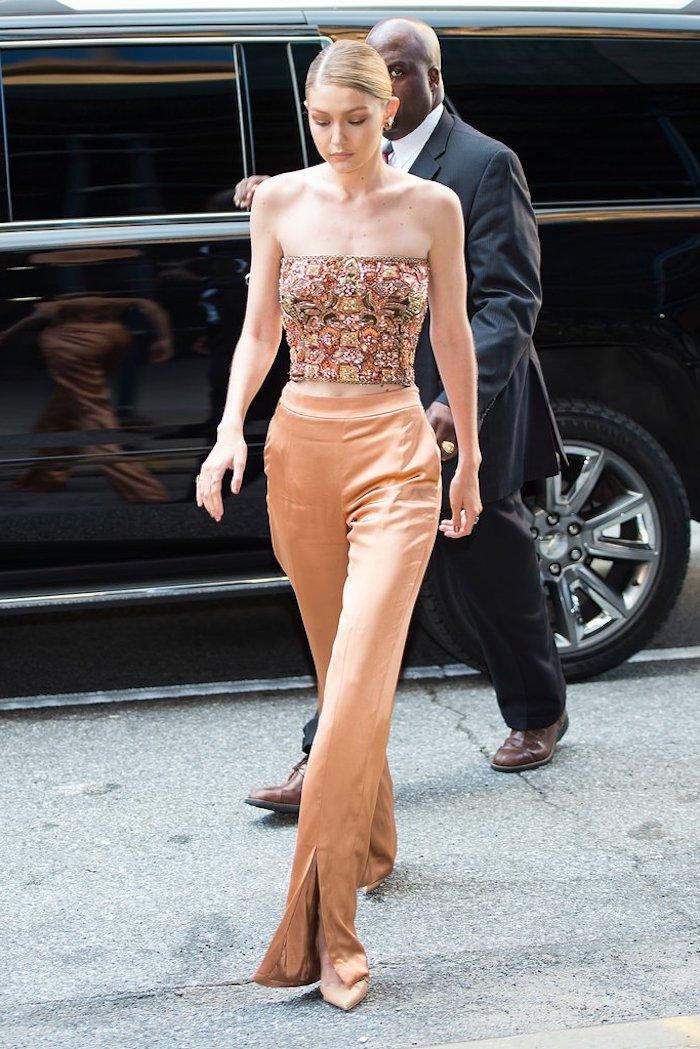 Tailleur pantalon femme chic Gigi Hadid tenue pour mariage ootd pantalon et top bustier mariage élégance féminine été