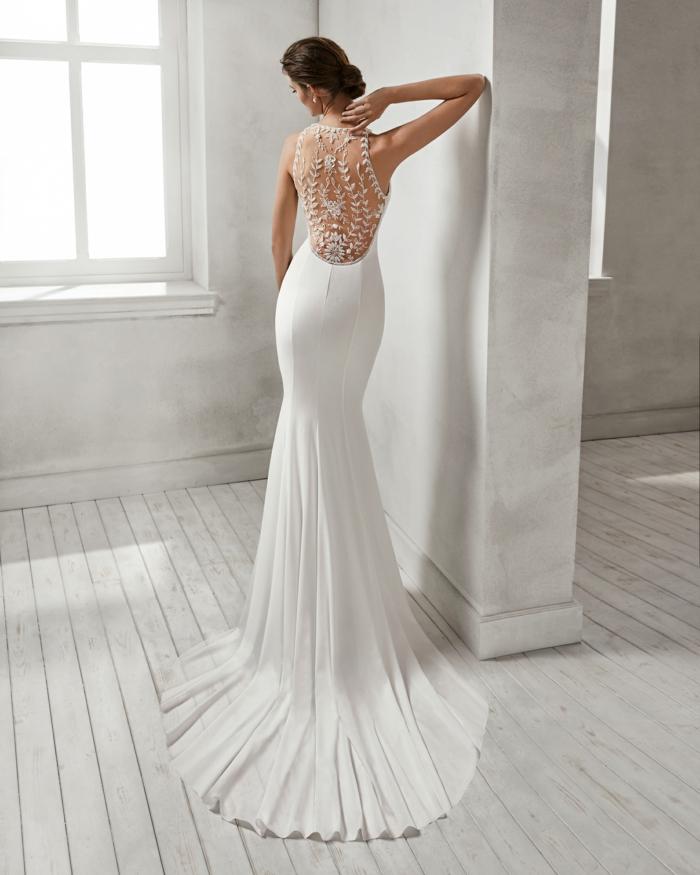 robe mariage sirene, robe de mariée moulante, robe de mariée dentelle, modèle 2018, dos orné de dentelle et de pierres blanches Swarovski, traîne de taille moyenne