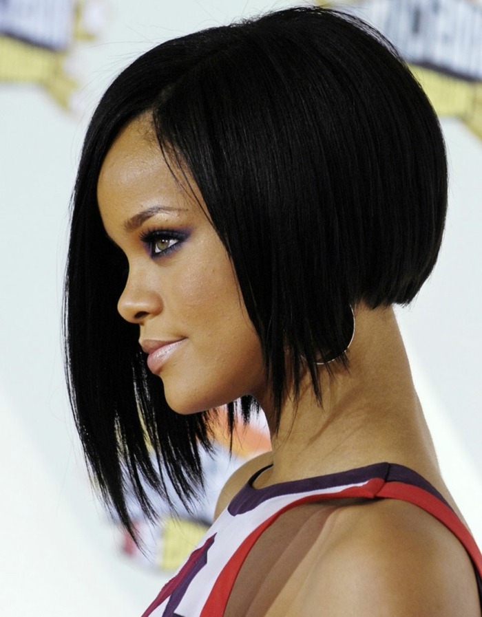Rihanna avec un carré plongeant asymétrique, cheveux lisses, coiffure femme sexy