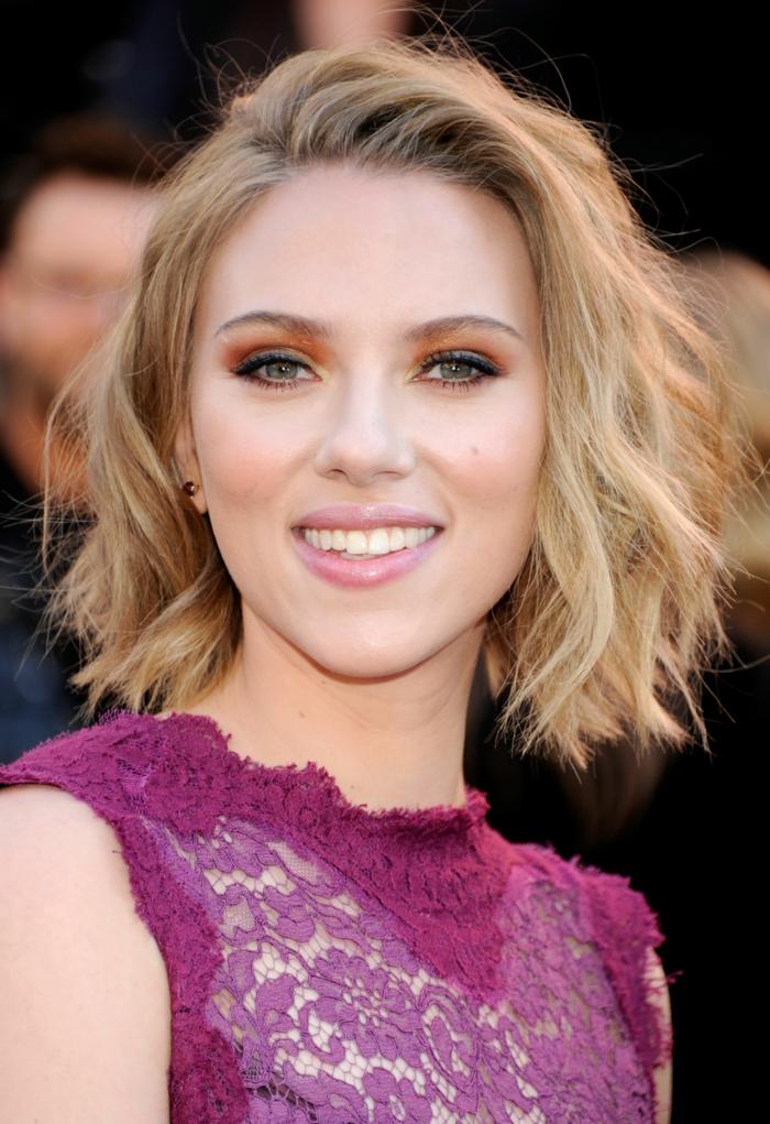 carré blond mi long, Scarlett Johansson avec carré wavy tendance pour 2018