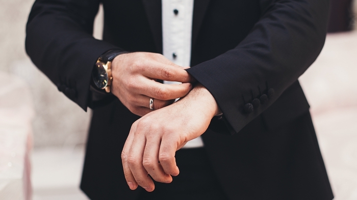 idée comment bien s habiller en blanc et noir avec un costume deux pièce foncé et chemise blanche, look business homme classique