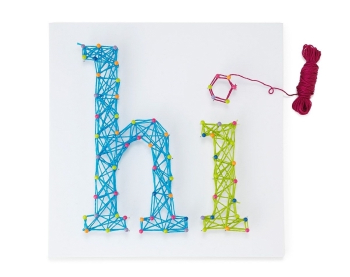 modèle de tableau décoratif à accrocher dans une chambre d'enfant, objet DIY sur une planche blanche avec lettre salut