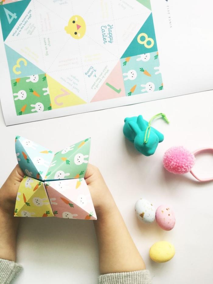 idée d'activité manuelle de pâques amusante pour occuper les bambins, faire une cocotte en papier à partir d'un gabarit à téléchargeable à motifs lapins et carottes