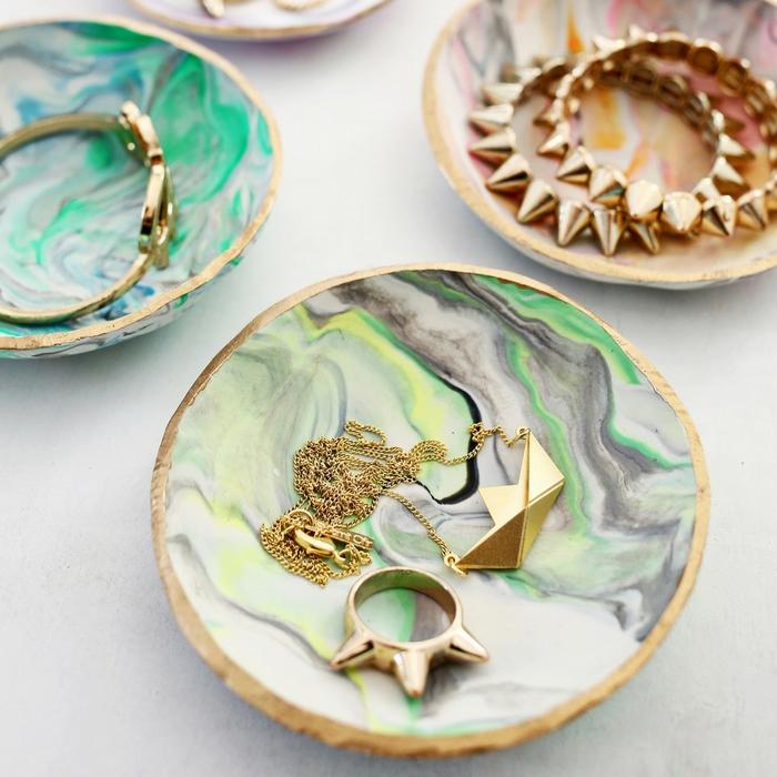 un dépose-bijou élégant et chic en réalisé en argile à effet marbre et à bordure doré, idee cadeau fete des meres