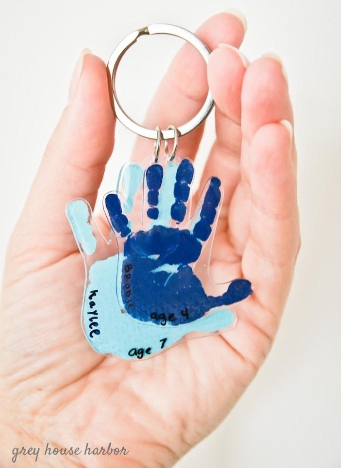 porte clé diy, cadeau fete des peres a fabriquer soi meme, empreintes de main enfant en peinture bleue sur boucle