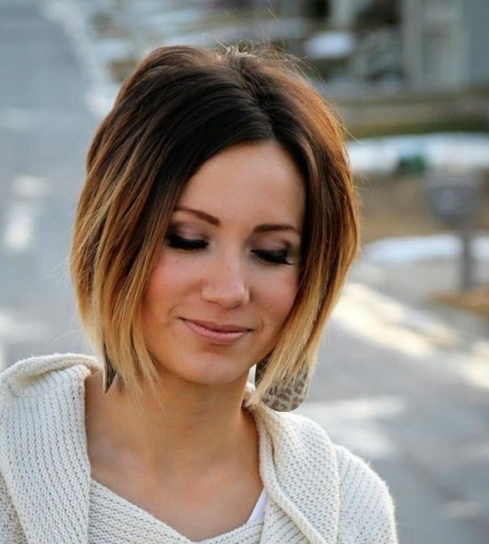 coupe femme carré sur cheveux chatains ombré, style de tous les jours, lèvres nudes, sourcils soulignés