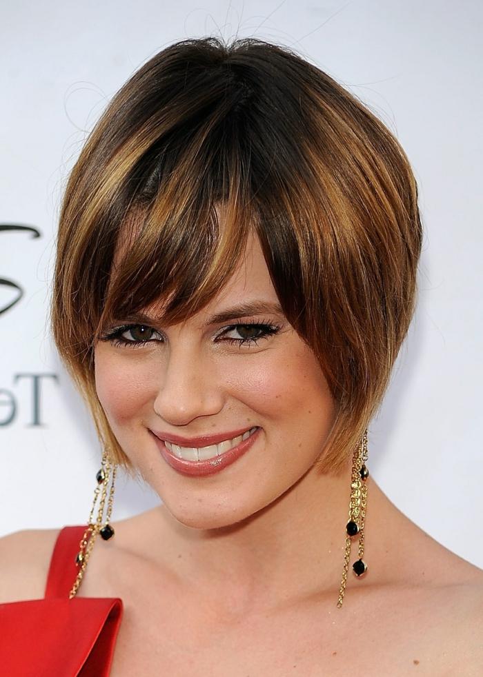carré très court, cheveux chataîns, frange de biais, lèvres mates, maquillage joli pour yeux marrons