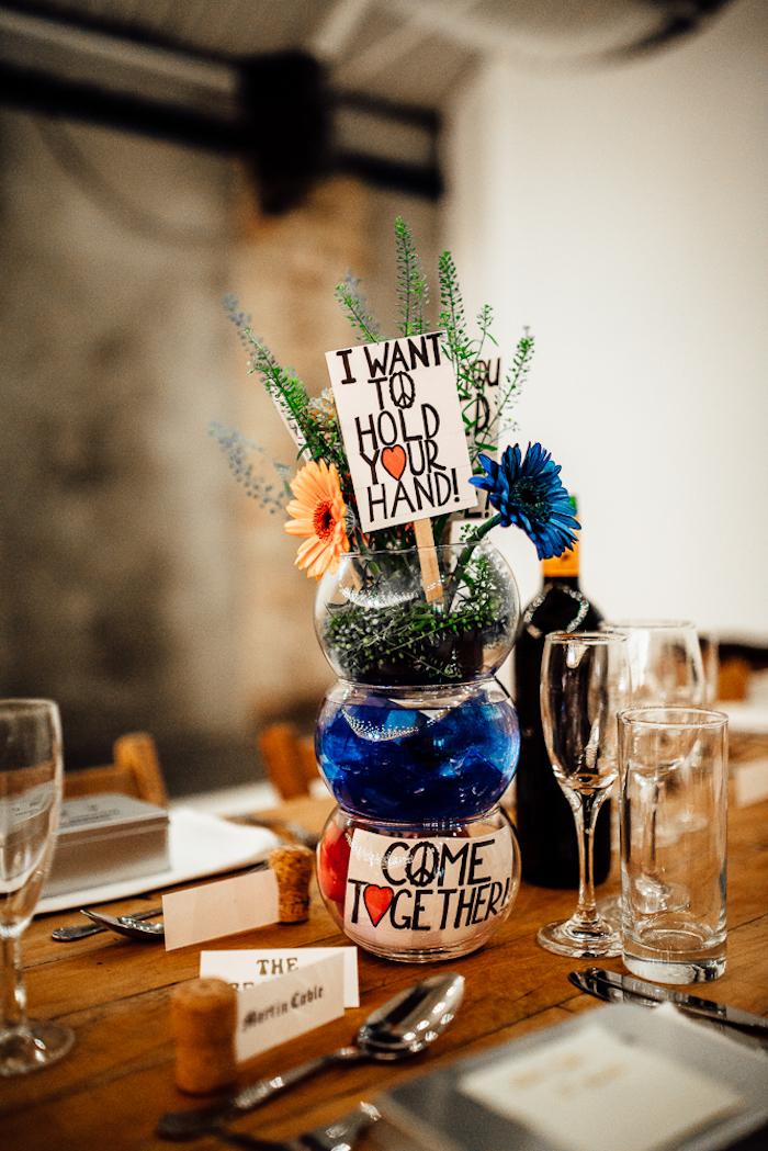 Mariage pas cher décoration de table mariage chic idée déco simple avec boules fleurs paix