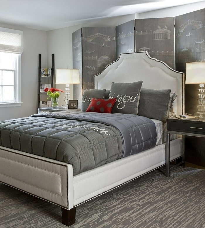 chambre à coucher grise et blanche, lit blanc, tête de lit baroque, paravent pliable, lampes de chevet élégantes