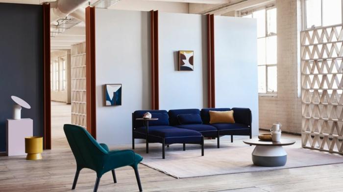 décoration intérieure salon, chaises bleus, chaise vert émeraude, sol en bois, cloison originale