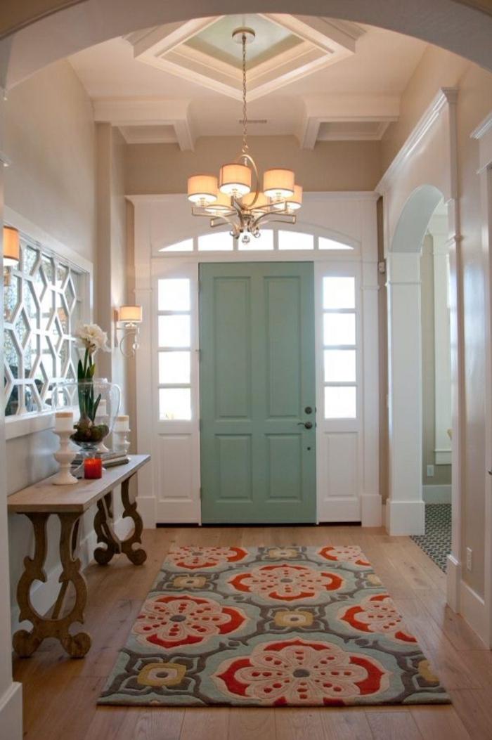 hall d'entrée en blanc, tapis sympathique en couleurs claires, plafonnier moderne baroque, miroir décoratif blanc