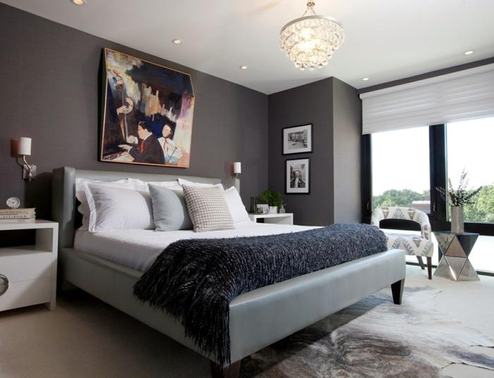 chambre blanche et grise, lit gris, mur anthracite, plafond blanc, chevets blancs, fenêtres du sol au plafond