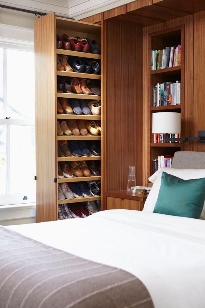 idee rangement chaussure coulissant danas la chambre à coucher qui permet de ranger ses chaussures de manière discrète
