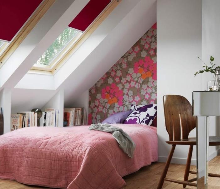 une tete de papier peint à motif fleurs qui donne de la profondeur à la chambre aménagée sous pente