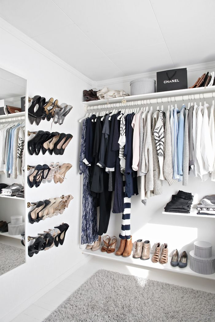 idée d'aménagement d'un petit dressing ouvert dans la chambre à coucher avec un rangement chaussures pas cher fixé au mur