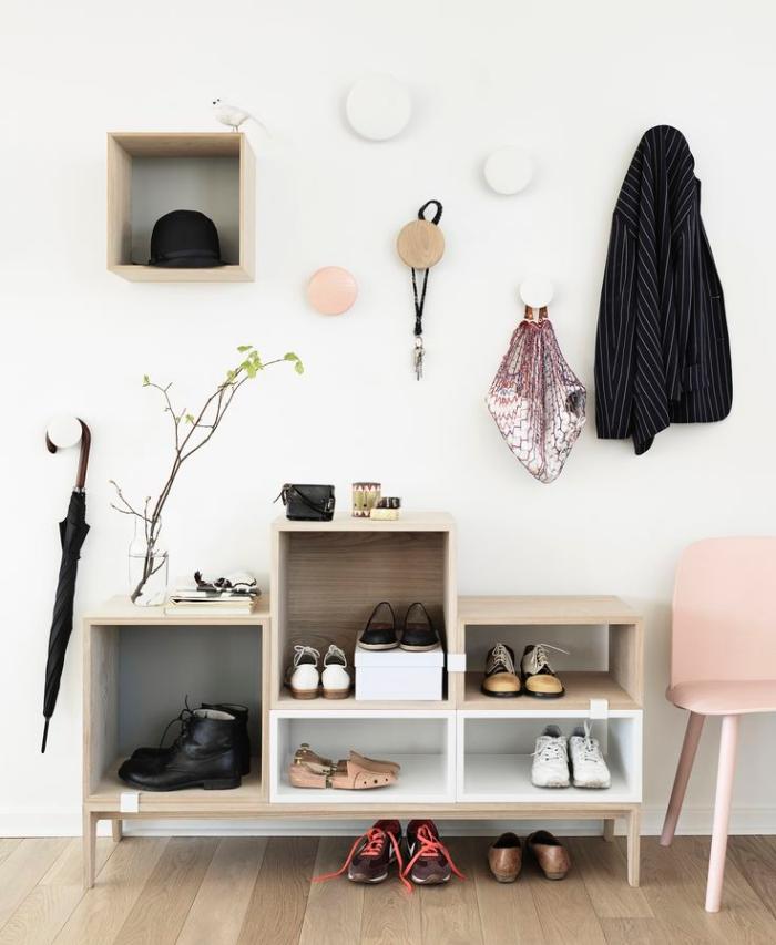 meuble pour chaussure d'entrée en bois nature à cinq compartiments asymétriques assorti avec des patères murales en bois