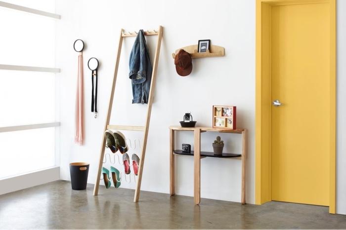 l'aménagement tendance et fonctionnelle d'une entrée, un porte-manteau en bois nature