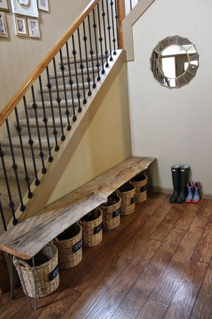 l'aménagement d'un hall d'entrée fonctionnel d'esprit rustique avec un banc a chaussure en bois récup et des paniers de rangement personnalisés