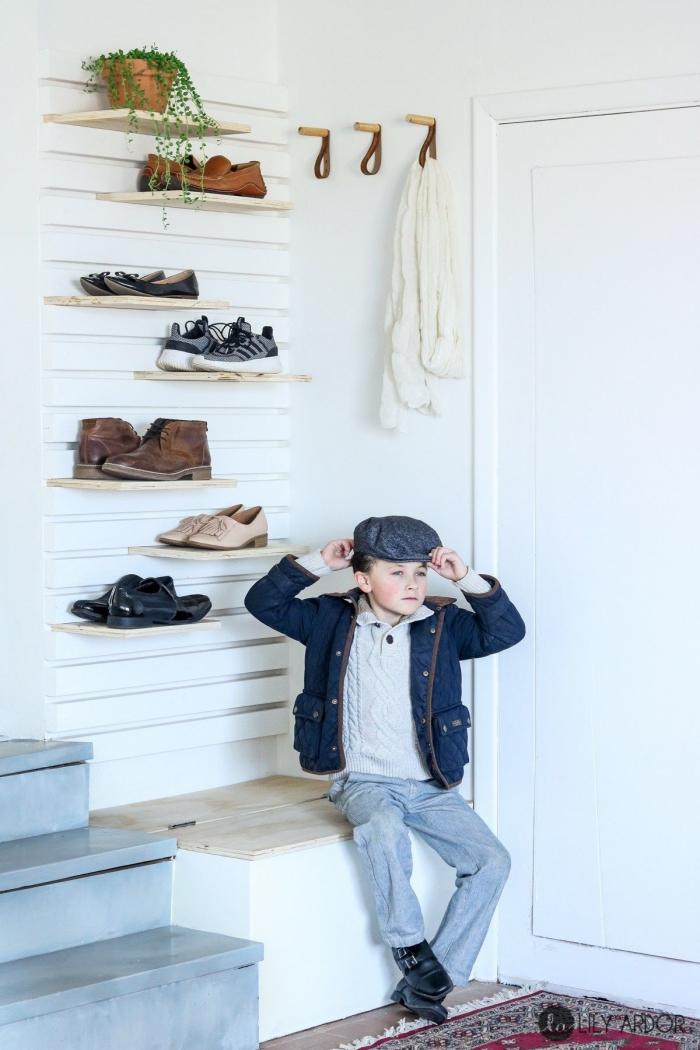 inspiration pour une entrée de style bohème avec un banc a chaussure discret et des étagères à chaussures flottantes