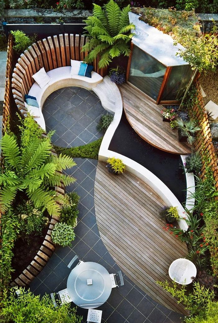 petit aménagement jardin extérieur design avec sol carrelage et parquet et bassin à carpe koi