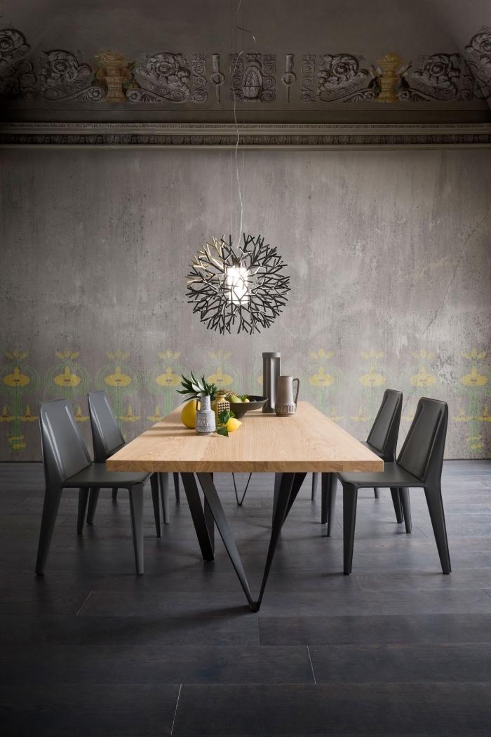 meubles de bois comme exemple quelle couleur associer au gris, déco de salle à manger stylée aux murs foncés