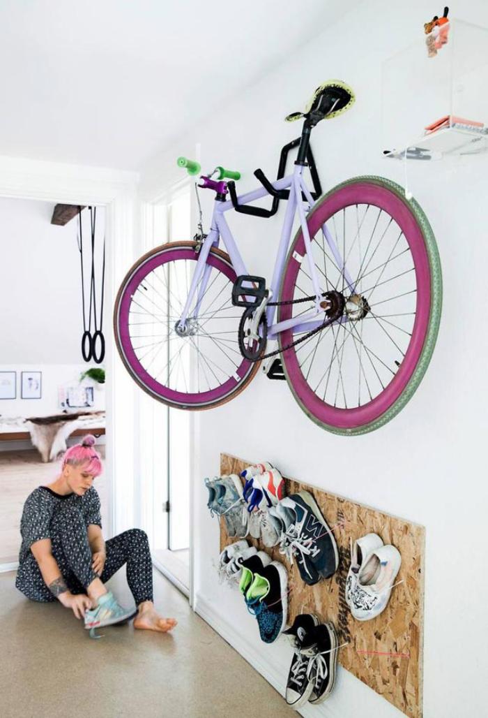 idée d'aménagement fonctionnel d'un studio, un panneau de contreplaqué fixé au mur qui sert d'etagere chaussure
