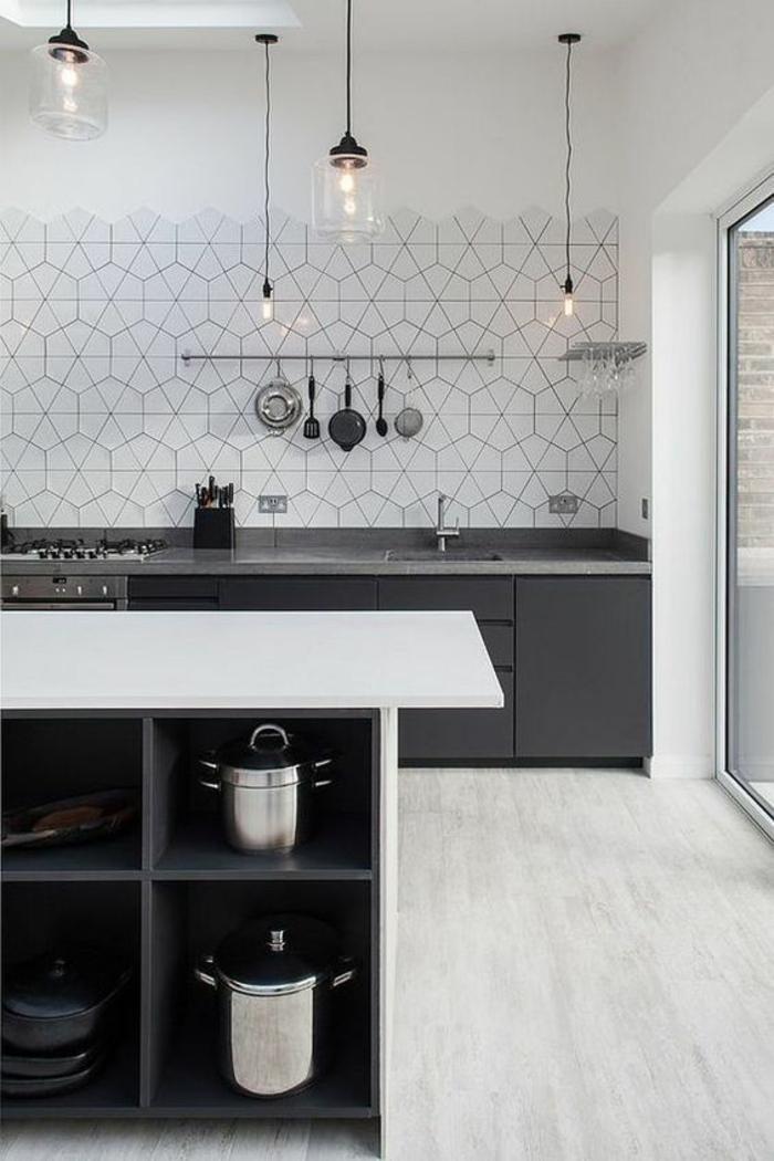 amenagement placard, etagere cuisine, déco en noir et blanc, murs aux motifs géométriques hexagonaux, luminaires ampoules en verre, suspensions, meuble lavabo entièrement en noir