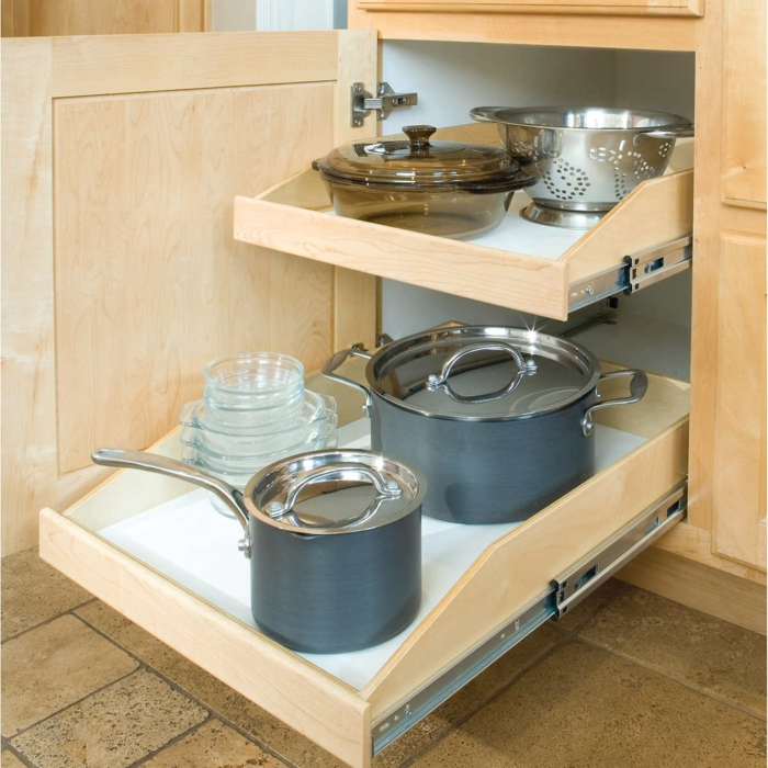 un rangement pour les casseroles, plate-formes glissantes en bois clair, rangement placard cuisine optimal pour les ustensiles, rangement gain de place