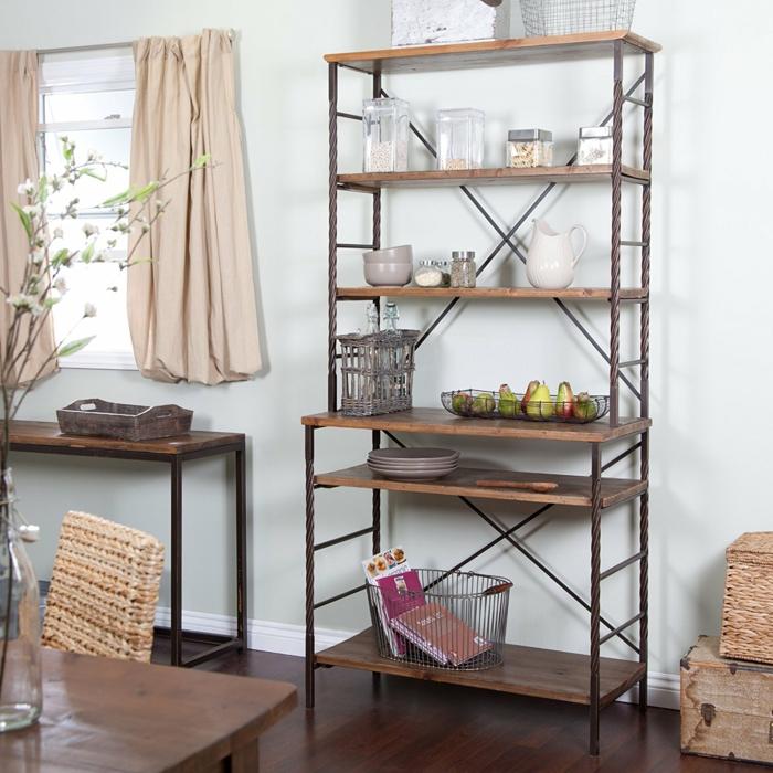 amenagement placard, etagere cuisine, amenagement interieur avec meuble en bois et bronze couvrant toute la hauteur du mur, intérieur en style rustique