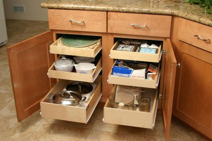 tiroirs copulissants pour une ouverture facile, amenagement de placard, rangement placard cuisine, meuble en marron clair, carrelage couleur ivoire
